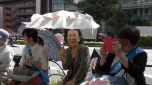 風に吹かれる日傘